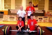 Na snímku zleva stojí trenér Janeba a Tomáš Podškubka, zleva dole Matouš Sára a Petr Kutálek