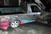 Hasiči vytáhli ve Slavičíně hořící auto z garáže