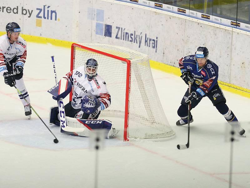 Extraligoví hokejisté PSG Berani Zlín (v modrém) ve 4. kole v pátek na svém stadionu hostili v derby ostravské Vítkovice. Na snímku Kubiš