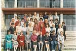 ROK 1990. Učitelský sbor – uprostřed dole je tehdejší ředitelka Marta Gebová.