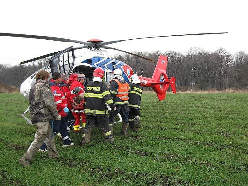 Dvě vážné nehody se staly během neděle 28. listopadu odpoledne. U Holešova se na teprve čtrnáctiletého chlapce převrátila čtyřkolka. V Luhačovicích zase narazil do sloupu motorkář.