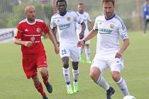 Vpravo u míče Petr Jiráček. Ilustrační foto.