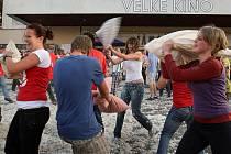 Polštářová bitva před zlínským Velkým kinem