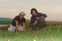 Stanislav Macík (vlevo) s přírodovědcem Ondřejem Macháčkem při studiu slíďáka tatarského.