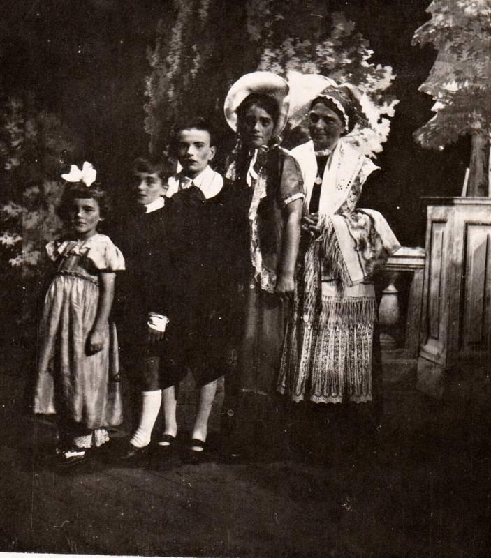 1950. Divadelní představení Babička herců z Lukovečka. A že si jej užili.
