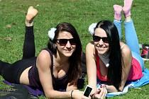 Jaro ve Zlíně. Piknik v parku.