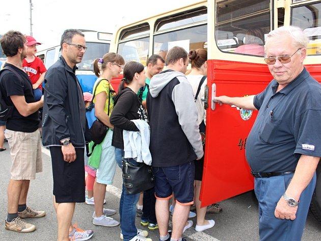 Dvanáctý den otevřených dveří Dopravní společnosti Zlín – Otrokovice se uskutečnil v sobotu 27. června. Areál vozového depa se návštěvníkům otevřel v děvět hodin ráno. Na své si tady přišli dospělí, děti i pamětníci starých časů.