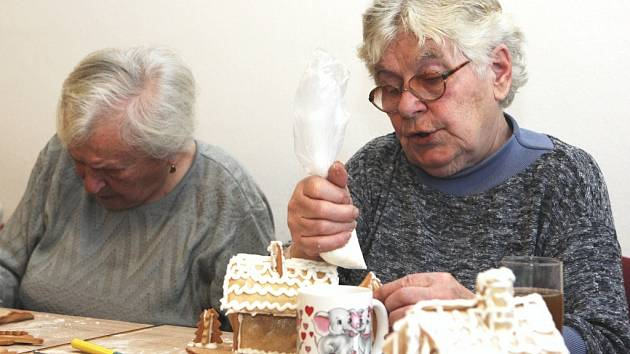 Senioři pekli v luhačovické charitě voňavé perníčky
