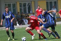 Divizní fotbalisté Slavičína (v modrém) v zápase s Brumovem. Ilustrační foto