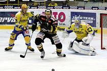 Hokejsité HC Verva Litvínov (ve žlutočerném)  hostili na své ledové ploše hokejisty PSG Zlín.