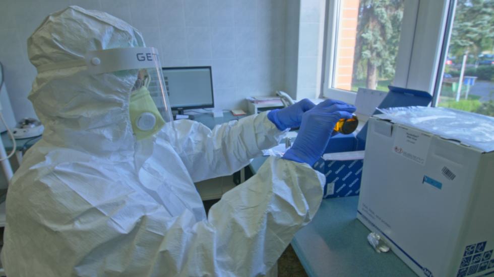 V mikrobiologické laboratoři testovali až 90 vzorků denně.