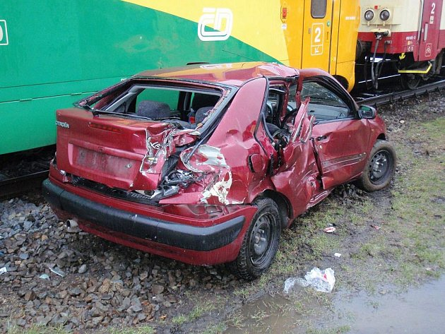 Zásah hasičů a záchranářů po srážce automobilu s vlakem.