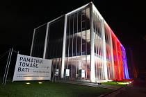 Památník Tomáše Bati ve Zlíně se stal letos poprvé součástí iniciativy Díky, že můžem, která už 7. rokem pořádá oslavy 17. listopadu, a připojil se k myšlence rozsvítit celorepublikově významné budovy do barev české trikolóry.