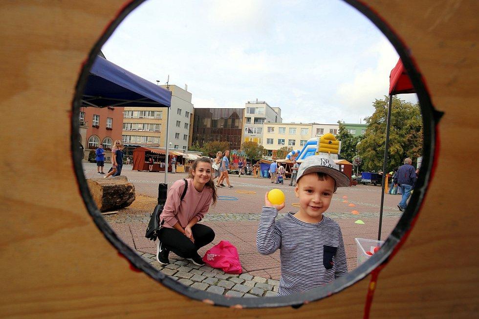 Kejklířský jarmark na náměstí ve Zlíně. Ilustrační foto