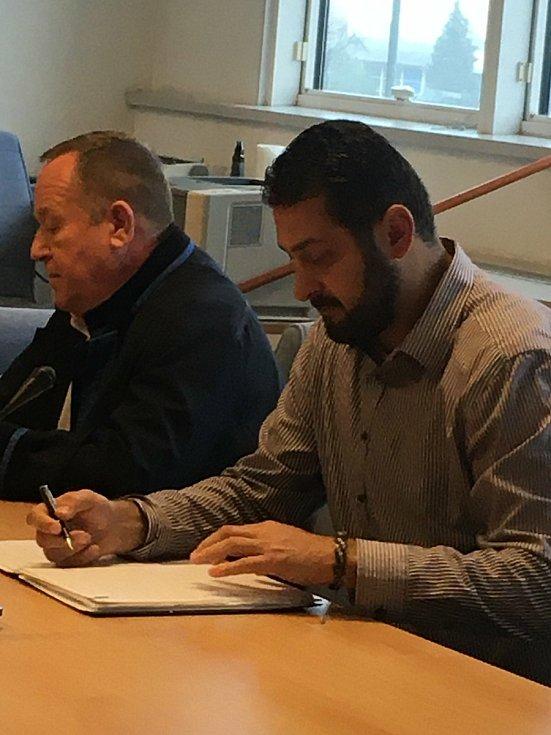 Roman Čechmánek (vpravo) u zlínského krajského soudu - 9. listopadu 2020