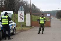 Policisté střeží po výbuchu střeží okolí muničního skaldu ve Vrběticích. Listopad 2014