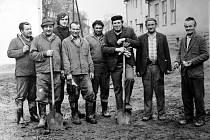 1976. Brigáda občanů při akci přemístění potoka u kulturního domu, a to konkrétně v roce 1976.