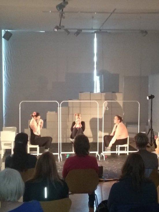 Tři židle Světlo - mlha - tma se jmenuje projekt, který v našich zaměstnancích zanechal velký prožitek.