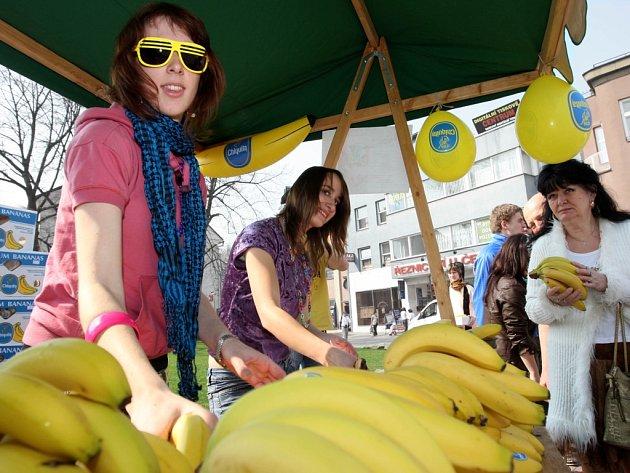 Fronta na banány - promo akce k letošnímu Majálesu přilákala desítky kolemjdoucích.