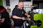Příprava kávy v ochranářské kavárně Kukang Coffe v Ústí nad Labem