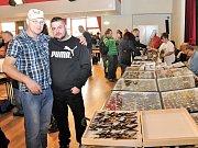Organizátor výstavy Jiří Daněk (vlevo) s Martinem Stehlíkem, který představil nejvzácnější motýlí exempláře.