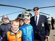 Charitativní akce Korunka Luhačovice. Přílet vrtulníku MI-171 Š z 23. vrtulníkové základny v Přerově na letiště v Luhačovicích.  Na snímku podplukovník RAF Alois Dubec.