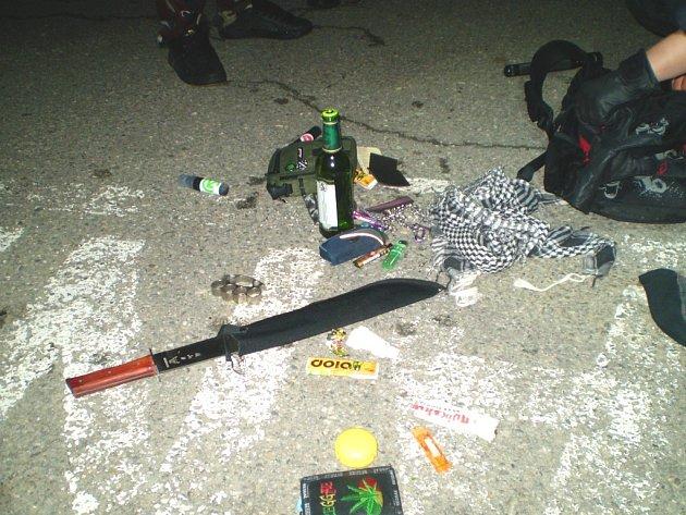 Tyto předměty našla u školáků městská policie.