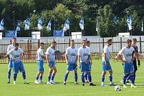 Fotbalisté Otrokovic (v modro-bílých dresech) proti Velkému Meziříčí ztratili vedení dvě minuty před koncem.