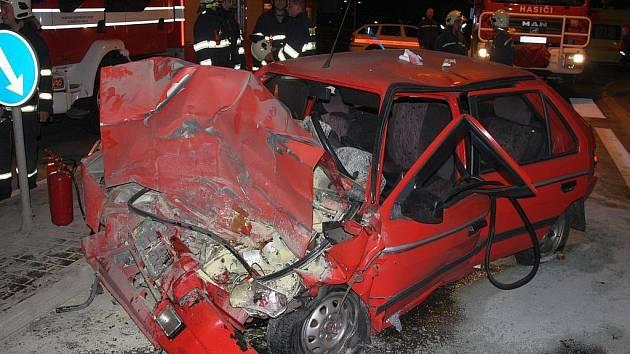 Vážná dopravní nehoda ve Slušovicích, mladý řidič havaroval přes kruhový objezd do autobusu.