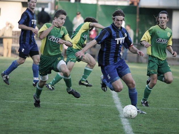 VŮDCE SMEČKY. Slavičínský záložník Daniel Vacula (s míčem) dovedl svůj tým s kapitánskou páskou po podzimní části na páté místo.