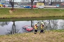 Osobní vozidlo zřejmě samovolně sjelo z parkoviště. Nikdo v něm nebyl.