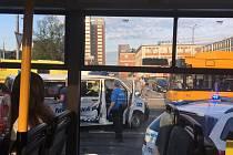 Vážná dopravní nehoda v centru Zlína: Dva strážníci převezeni do nemocnice.