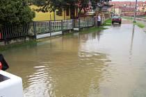 Přívaly vody ucpaly ve Slavičíně kanály. Voda zaplavovala sklepy