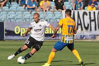 Slovenský fotbalista Marek Hlinka (na snímku v bílém dresu) hraje od nové sezony na stoperu.