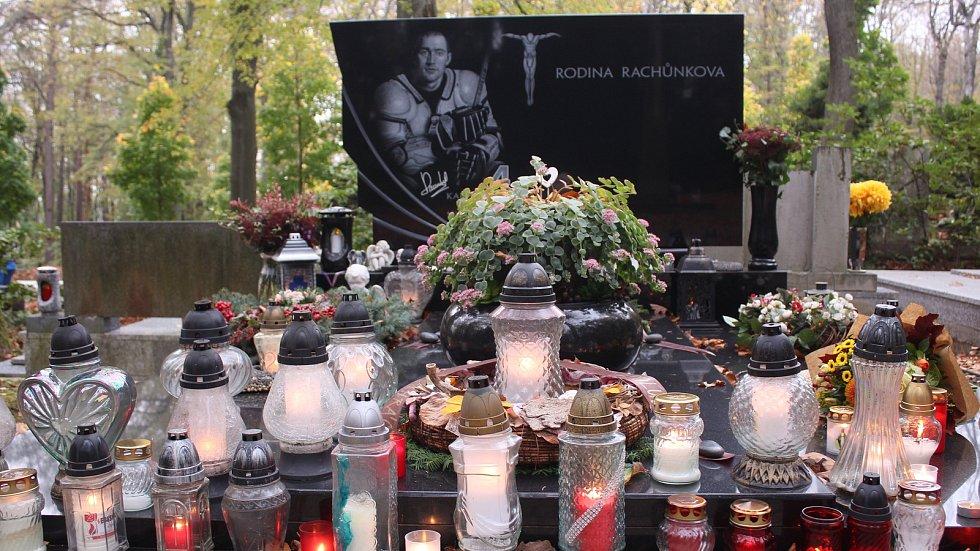 Mezi osobnostmi, které jsou pochovány na zlínském Lesním hřbitově je i hokejista Karel Rachůnek.