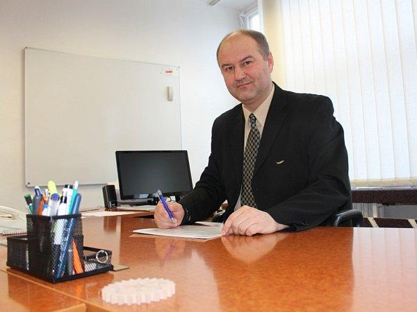 Jiří Charvát je ředitelem Střední průmyslové školy polytechnické – Centra odborné přípravy Zlín od školního roku 2013/2014 Prostředí ve škole však důvěrně zná.