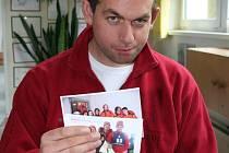Mirek Matulík ukazuje fotografie z olympiády a také hračku, jakou vezl do Ameriky darem.