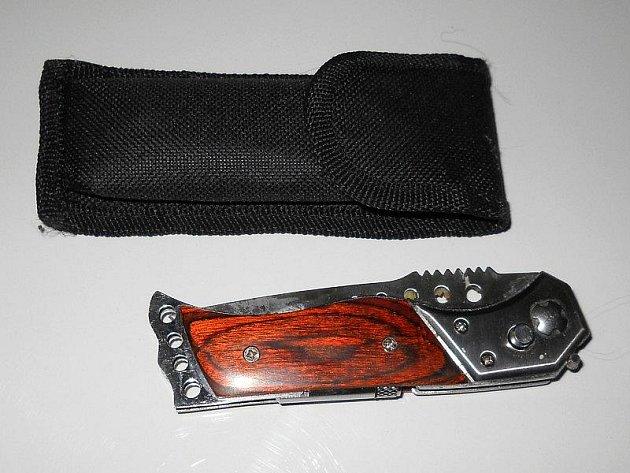 Tento nůž měl u sebe muž, který ve středu 23. února ve Zlíně hrozil sebevraždou