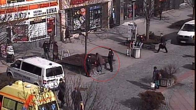 Zásah zlínských strážníků proti ženě, která v pondělí 21. února v jedné ze zlínských drogerií shazovala zboží z regálů. Podle všeho nebyla v dobrém psychickém stavu.