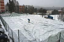 Pod tíhou sněhu. Nafukovací hala musela být z bezpečnostních důvodů vypuštěna.