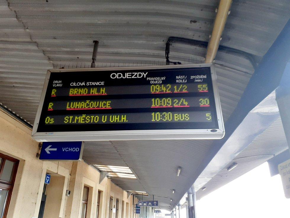 Cedule s odjezdy vlaků na otrokovickém nádraží