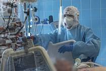 Zdravotničtí profesionálové na ARO v Uherskohradišťské nemocnici se musejí v době pandemie vyrovnávat s náročnou prací v ochranných pomůckách, převlékají se mnohokrát za den.