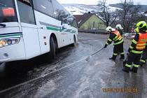 V Kladné-Žilín skončil autobus v příkopě