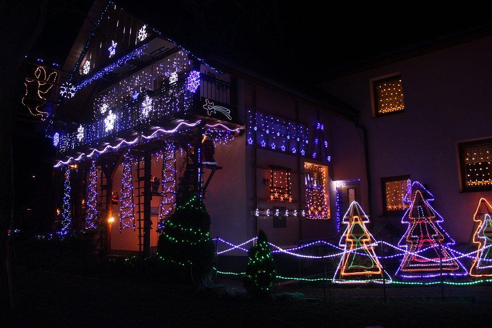 Antonín Hrbáček a jeho vánočně vyzdobený dům. Letos ledově modro-bílý.