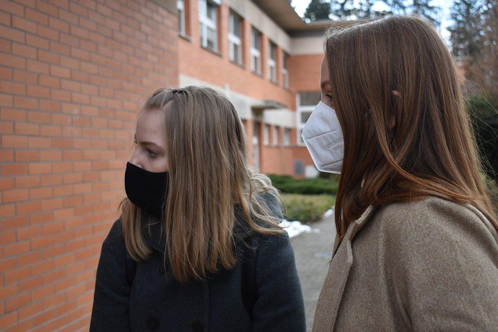 Projekt Pro první linii, zakladatelky Nathalie Anna Tomančáková (vlevo) a Tereza Gajdošíková (vpravo)
