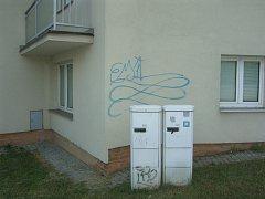 Výtvory sprejera na několika fasádách domů ve Zlíně.