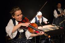 Houslistka a zpěvačka Jitka Šuranská na divadelních prknech v představení Malované na skle.