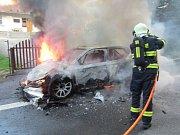 Plameny pohltily celý závodní automobil. Škoda je téměř šest milionů korun