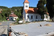 V Březnici dělníci pracují na druhé etapě Revitalizace centra obce Březnice. Přinese například dvacítku nových parkovacích míst či nové chodníky.