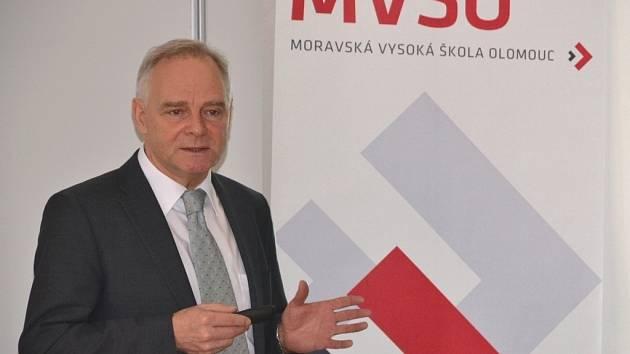 Dr. Christoph Meier, který se podílel na přípravě regionálních inovačních strategií v rámci Švýcarska, vystoupil na workshopu pro veřejnou správu Olomouckého kraje.